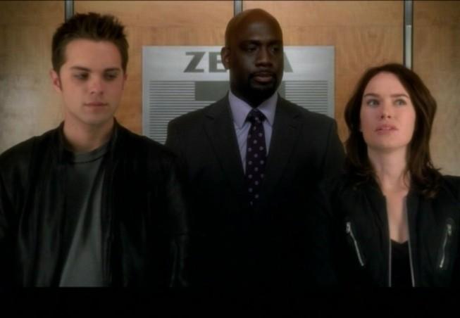Thomas Dekker, Richard T. Jones e Lena Headey in una scena dell'episodio Born to Run di Terminator: The Sarah Connor Chronicles