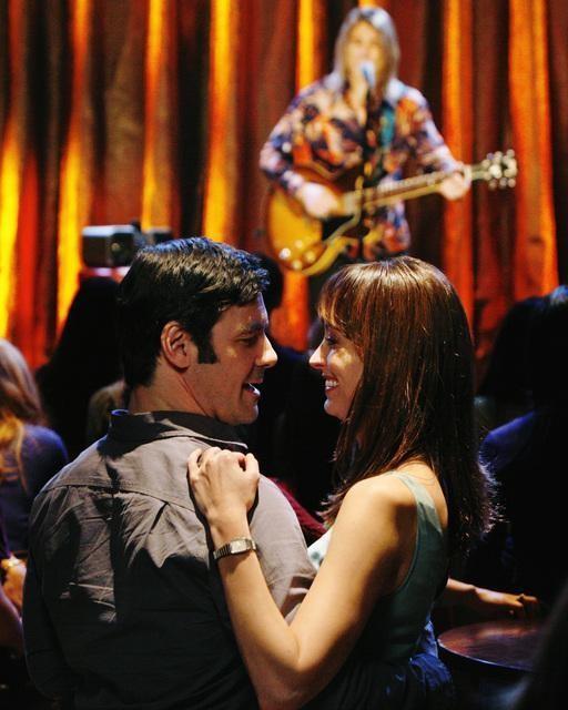 Alexie Gilmore e Mather Zickel ballano nell'episodio Left Of the Dial di Cupid