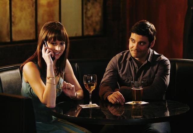 Alexie Gilmore e Mather Zickel in una scena dell'episodio Left Of the Dial di Cupid
