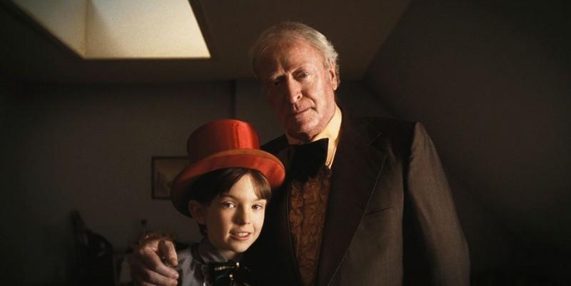 Bill Milner e Michael Caine in una scena del film Is Anybody There?