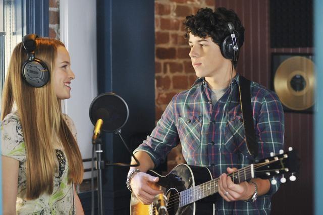 Bridgit Mendler e Nick Jonas in una scena dell'episodio Wrong Song della serie J.O.N.A.S.