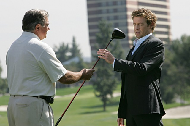 Dan Lauria e Simon Baker in una scena dell'episodio Red Sauce di The Mentalist