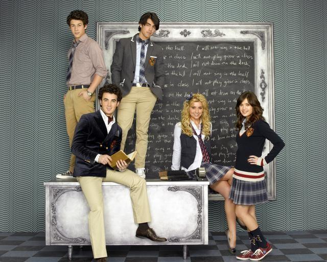 I Jonas Brothers, Nicole Gale Anderson e Chelsea Staub in una foto promozionale della serie J.O.N.A.S!