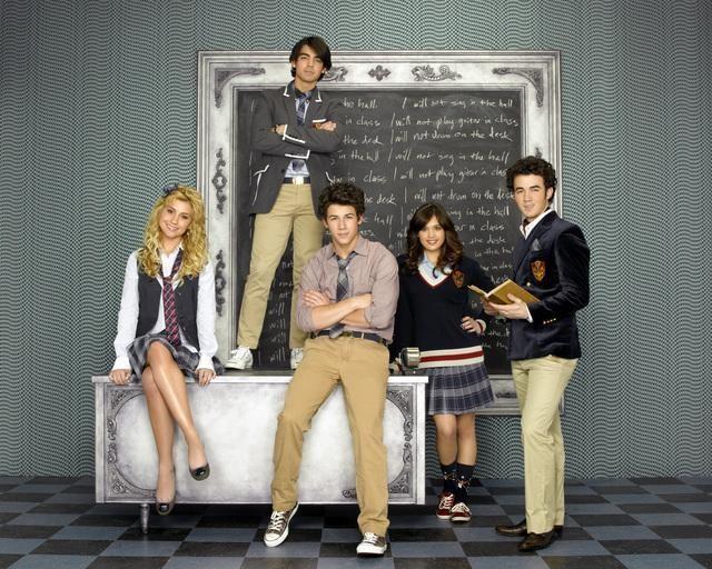 I Jonas Brothers, Nicole Gale Anderson e Chelsea Staub in una immagine promozionale della serie J.O.N.A.S!