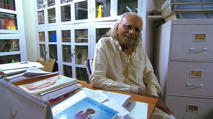 Il maestro di yoga BKS Iyengar nel documentario Enlighten Up!