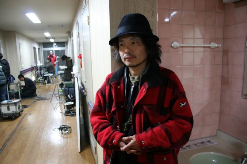 Il regista Sion Sono sul set del film Love Exposure (Ai no mukidashi, 2008)