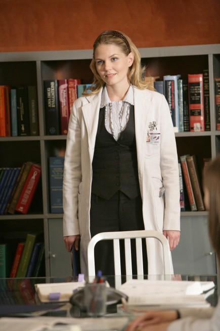 Jennifer Morrison in una scena di saviors di Dr. House: Medical Division