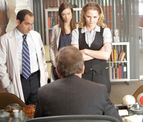 Jennifer Morrison, Olivia Wilde, Peter Jacobson e Hugh Laurie in una scena di saviors di Dr. House: Medical Division