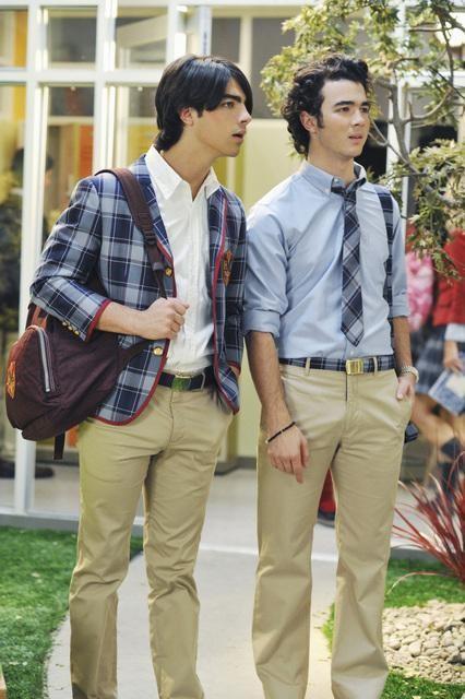 Joe Jonas e Kevin Jonas in una scena dell'episodio Wrong Song della serie J.O.N.A.S.
