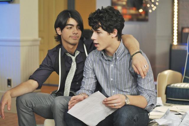 Joe Jonas e Nick Jonas in una scena dell'episodio Wrong Song della serie J.O.N.A.S.