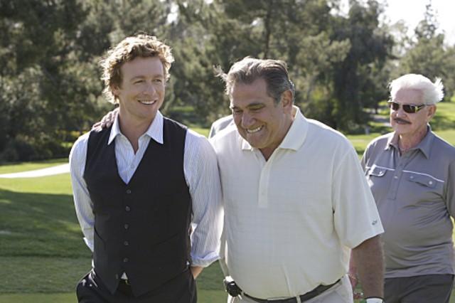 La guest star Dan Lauria con Simon Baker in una scena dell'episodio Red Sauce di The Mentalist