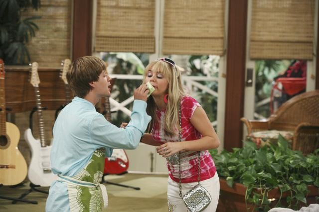 Miley Cyrus e Jason Earles nell'episodio Knock Knock Knockin' on Jackson's Head di Hannah Montana