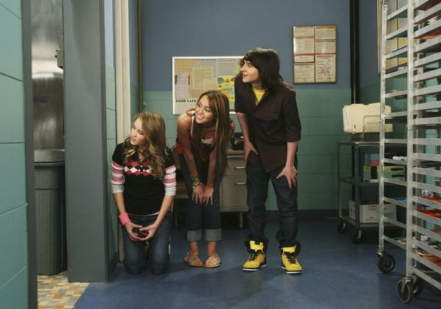 Miley Cyrus, Emily Osment e Mitchel Musso nell'episodio You Give Lunch a Bad Name di Hannah Montana