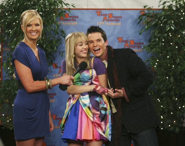 Nancy O'Dell, Miley Cyrus e Mark Hapka in una scena dell'episodio Cheat It di Hannah Montana