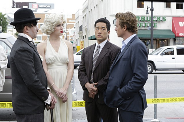 Nicholle Tom, Ravil Isyanov, Simon Baker e Robin Tunney in una scena dell'episodio A Dozen Red Roses di The Mentalist