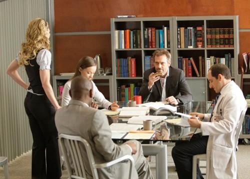 Omar Epps, Jennifer Morrison, Olivia Wilde, Peter Jacobson e Hugh Laurie in una scena di saviors di Dr. House: Medical Division