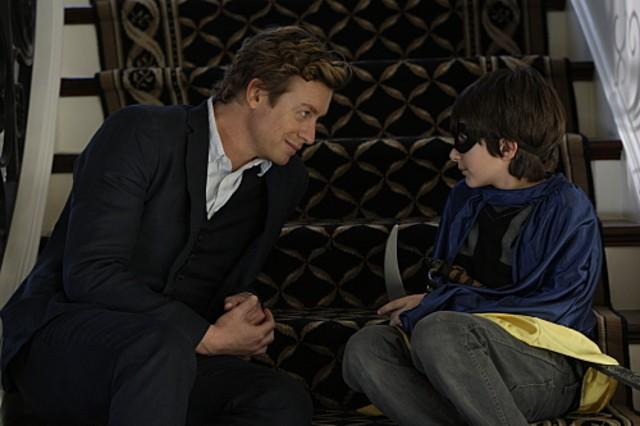 Simon Baker e Brandon Waters in un momento dell'episodio Scarlett Fever della serie The Mentalist