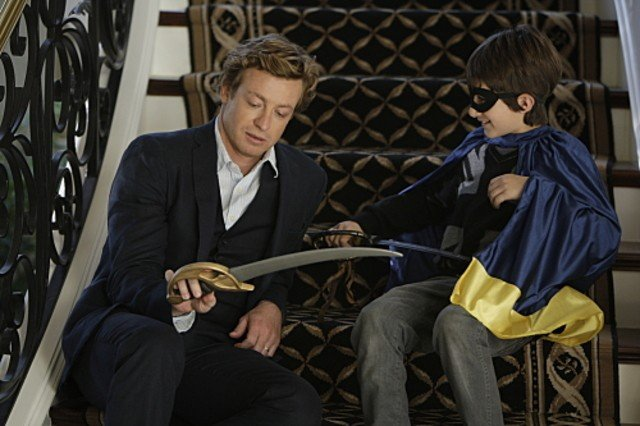 Simon Baker e Brandon Waters nell'episodio Scarlett Fever della serie The Mentalist