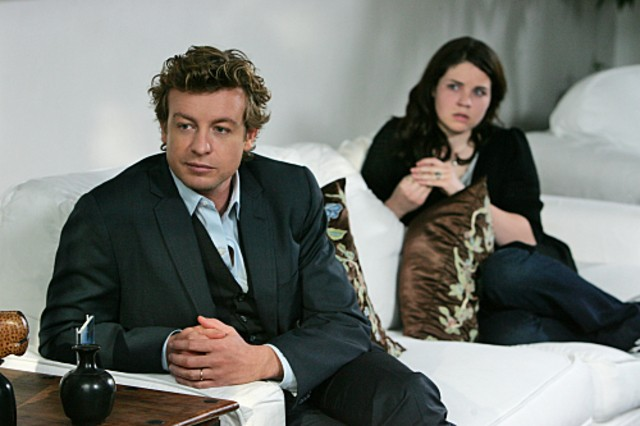 Simon Baker e la guest star Sarah Foret in una scena dell'episodio A Dozen Red Roses di The Mentalist
