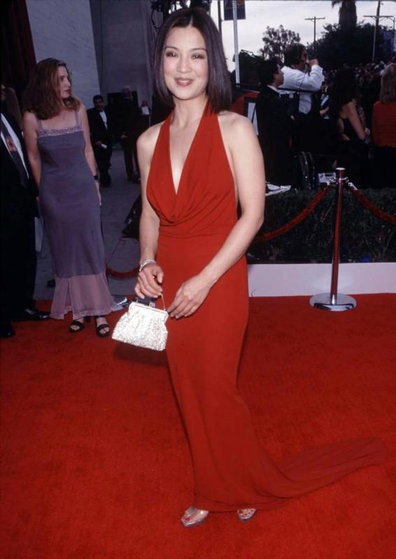 Un\'affascinante Ming-Na fasciata in un abito rosso fuoco