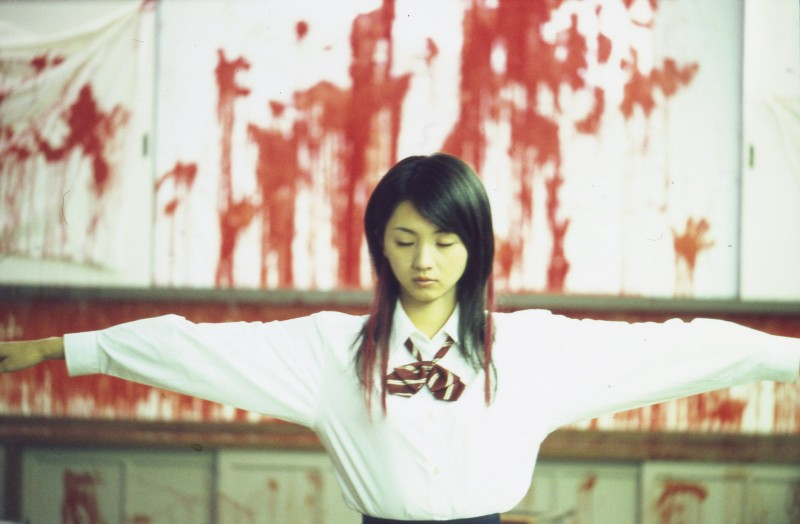 Una disturbante immagine del film Love Exposure (Ai no mukidashi)