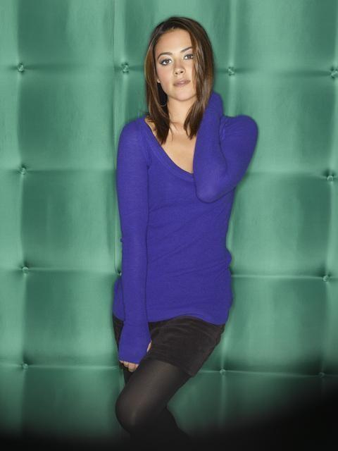 Una foto promozionale di Camille Guaty per la serie televisiva Cupid