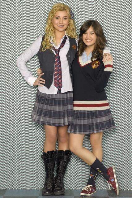 Una foto promozionale di Nicole Gale Anderson e Chelsea Staub per la serie J.O.N.A.S!