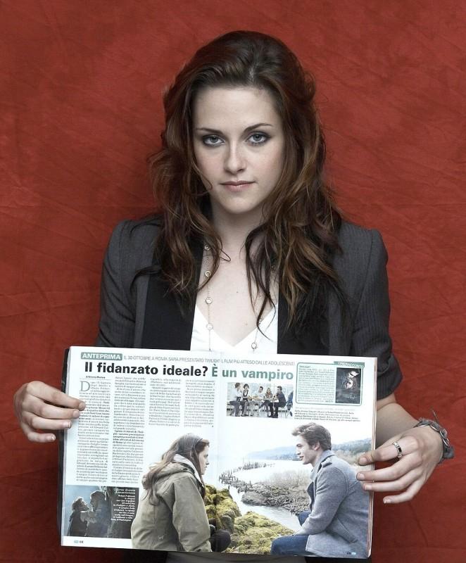 Una splendida immagine di Kristen Stewart in Italia per promuovere Twilight. L'attrice regge tra le mani la rivista Tv Sorrisi e Canzoni
