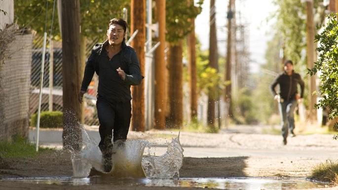 Brian Tee durante una scena d'azione dell'episodio 'Ring Dings' della serie tv Crash