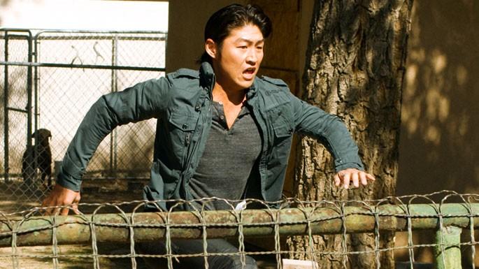 Brian Tee in una scena d'azione dell'episodio 'Ring Dings' della serie tv Crash