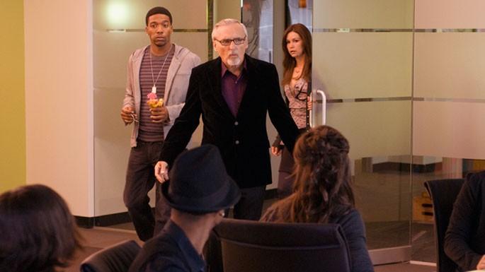 Dennis Hopper e Jocko Sims in unmomento dell'episodio 'Pissing in the Sandbox' della serie Crash