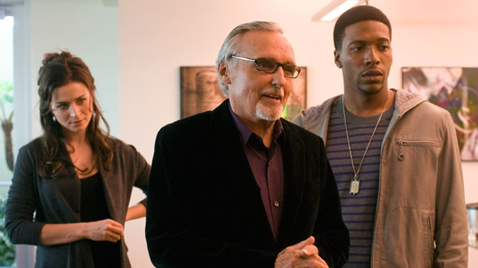Dennis Hopper insieme a  Jocko Sims in unmomento dell'episodio 'Pissing in the Sandbox' della serie Crash