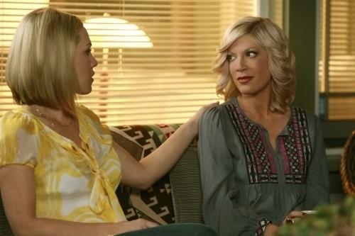Jennie Garth e Tori Spelling nell'episodio Okaeri, Donna! di 90210