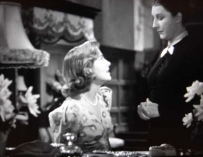 Joan Fontaine e Judith Anderson in una scena di Rebecca, la prima moglie