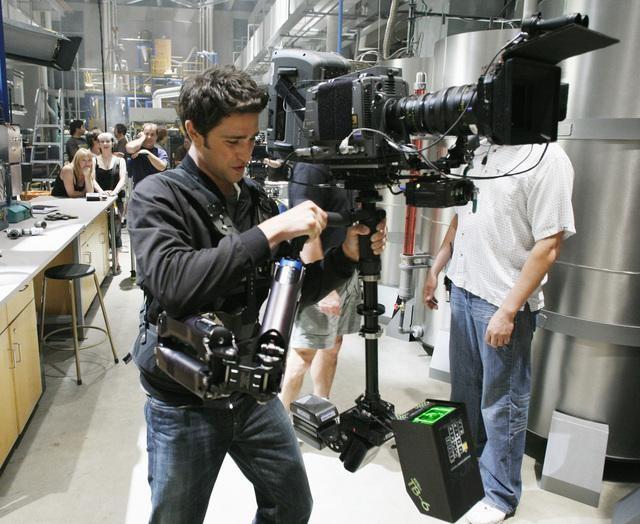 Matt Dallas, che interpreta Kyle, è sul set dell'episodio Bringing Down the House della terza stagione di Kyle XY
