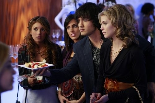 Michael Steger, Jessica Lowndes, Shenae Grimes ed AnnaLynne McCord in una scena dell'episodio Between a Sign and a Hard Place di 90210