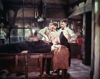Peter Cushing in una immagine de La maschera di Frankenstein
