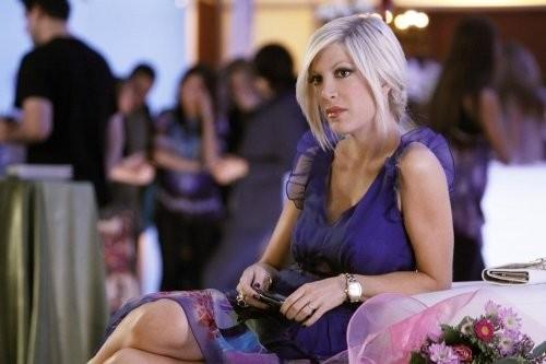 Tori Spelling in una scena dell'episodio Between a Sign and a Hard Place di 90210