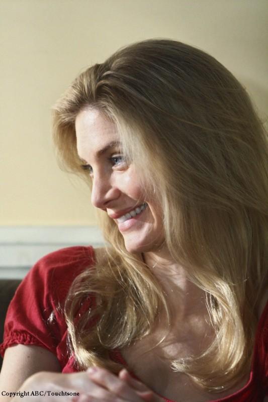 Una sorridente Elizabeth Mitchell in una scena dell'episodio The Variable di Lost