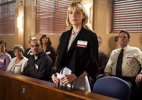Beth Riesgraf in un momento dell'episodio 'The Juror #6 Job' della prima stagione di Leverage