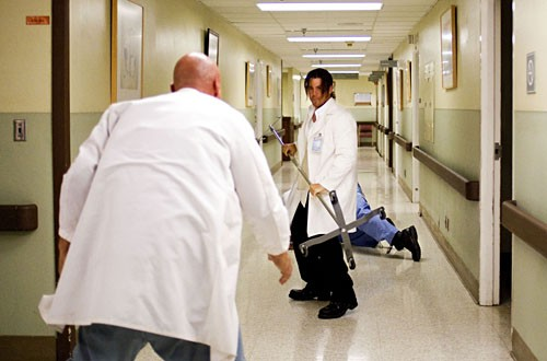 Christian Kane insieme a Eliot Spencer in una scena dell'episodio 'Tornando a casa' della prima stagione di Leverage