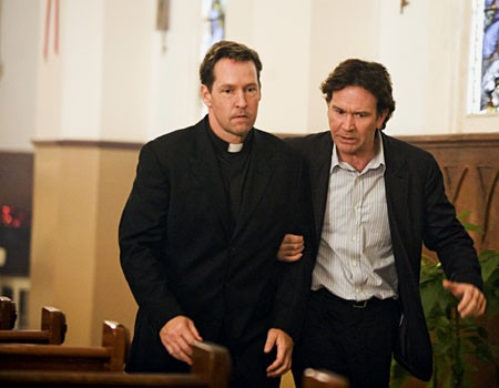 D.B. Sweeney e Timothy Hutton in una scena dell'episodio 'The Miracle Job' della serie tv Leverage.