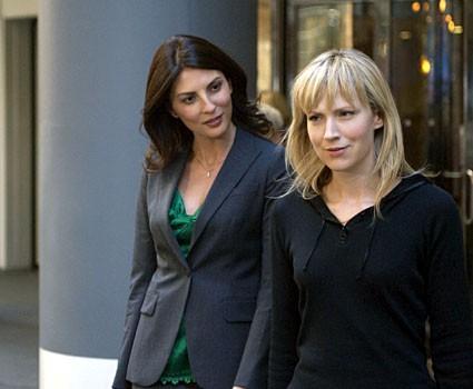 Gina Bellman e Beth Riesgraf nella premiere della serie Leverage, episodio: The Nigerian Job