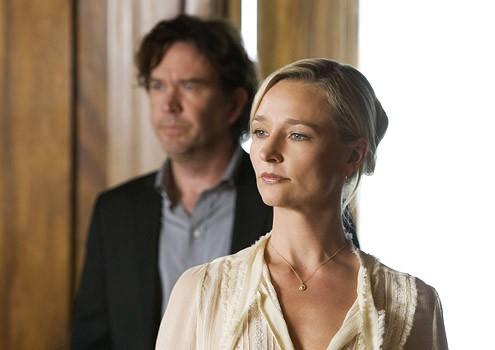 Kari Matchett e, sullo sfondo, Timothy Hutton in una sequenza dell'episodio ' The Second David Job ' della serie tv Leverage
