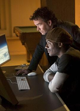 Timothy Hutton insieme ad Aldis Hodge nella premiere della serie Leverage, episodio: The Nigerian Job