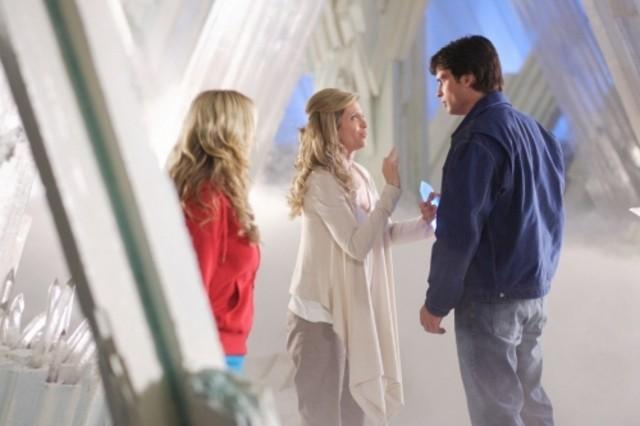 Da sinistra, Laura Vandervoort, Helen Slater e Tom Welling  in una scena dell'episodio ' L'anello Blu ' della settima stagione di Smallville