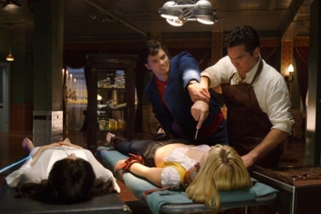 Dean Cain lotta con Tom Welling  in una scena d'azione nell'episodio ' Il prezzo dell'immortalità' della settima stagione di Smallville