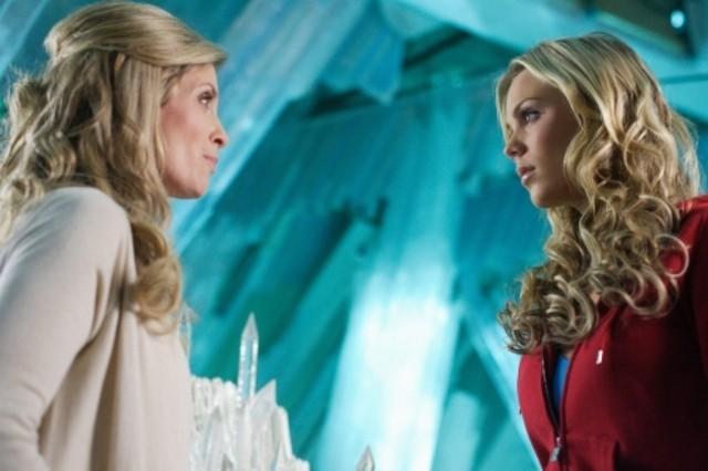 Laura Vandervoort insieme a Helen Slater in una scena dell'episodio ' L'anello Blu ' della settima stagione di Smallville