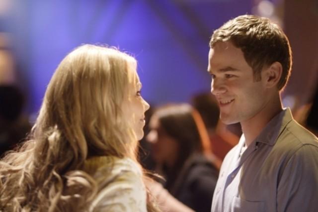 Laura Vandervoort insieme ad Aaron Ashmore nell'episodio ' Hero ' della settima stagione della serie tv Smallville