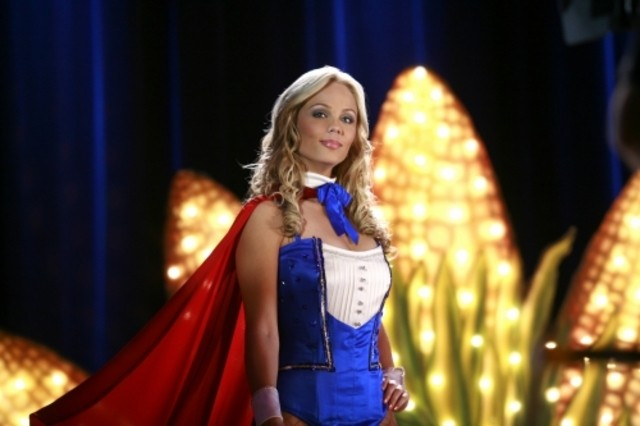 Laura Vandervoort sfila per un concorso di bellezza nell'episodio 'Lo scrigno del tempo' della serie tv Smallville